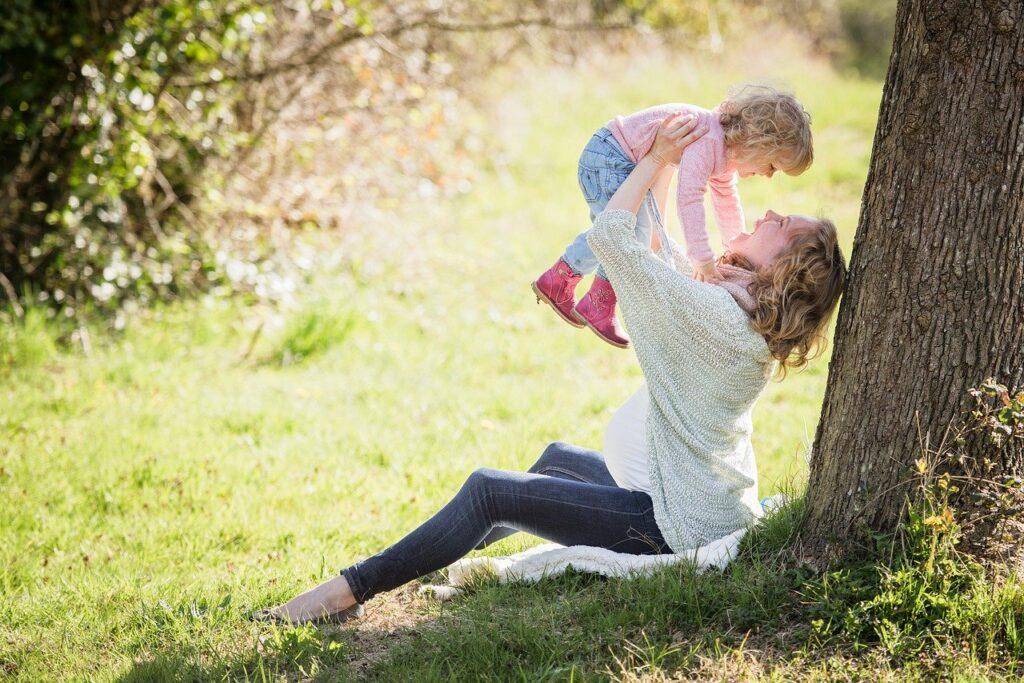 Generationenfrage: glückliche Mutter mit Kind